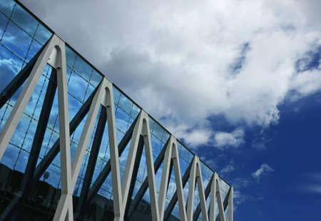 Wolken reflektiert wird, in einem modernen Büro-Gebäude Standard-Bild - 7847349