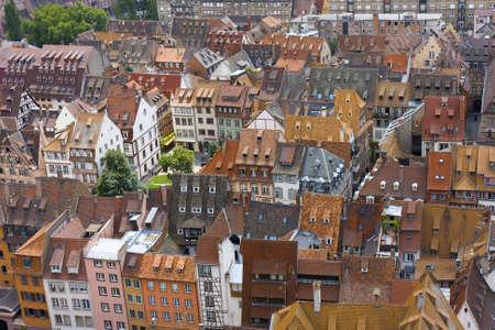 viva tejados de las casas medievales cubiertos con la tradicional teja roja y naranja en la ciudad de Estrasburgo Foto de archivo - 10081063