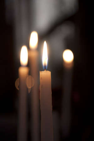 Kerzen leuchten in der Kirche. Flache Schärfentiefe.