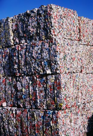 Compacted blocks of aluminum cans for recycling Stockfoto