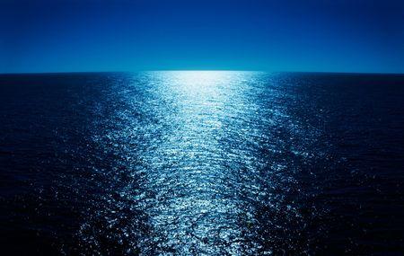 luz de luna: Como reflejo de la luz de la luna al otro lado del oc�ano - de un buque de crucero