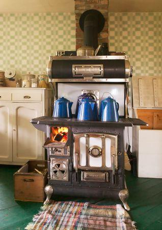 kettles: Anticuarios de hierro fundido quema de madera-estufa de cocina  Foto de archivo
