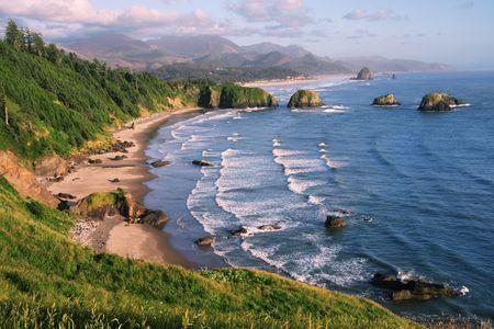 Playa en la Media Luna Ecola State Park, Oregon - Cannon Beach Rock y pajar en la distancia Foto de archivo
