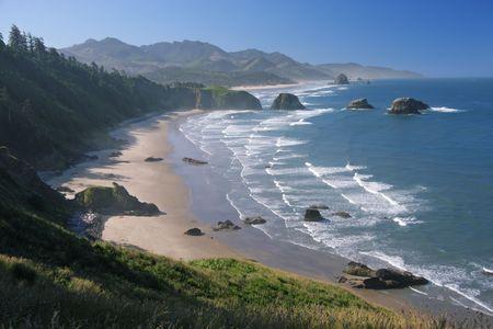 エコラ州立公園、オレゴン州 - キャノン ビーチと遠くに干し草ロックでクレセントビーチ