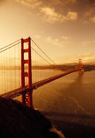 golden gate: Salida del sol en el Golden Gate Bridge, San Francisco, California