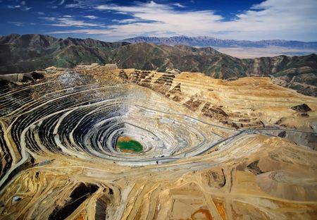 Vista aérea de la Kennecott Bingham Cañón de Minas - uno a cielo abierto mina de cobre - más grande hecho por el hombre en la tierra de excavación Foto de archivo