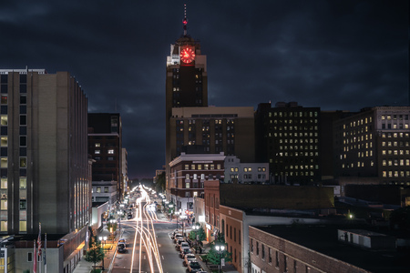 Lansing Michigan Cityscape at Night with Traffic Foto de archivo