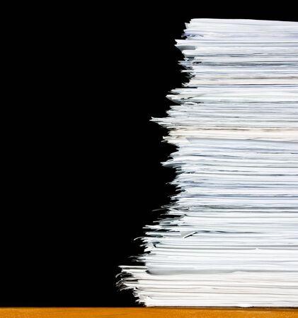 stapel documenten of bestanden, overbelasting van papierwerk op zwarte achtergrond