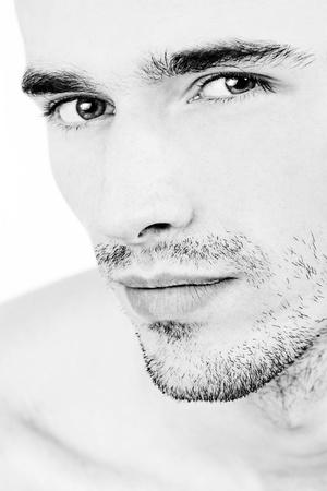 parpados: cara de hombre atractivo, retrato en blanco y negro Foto de archivo