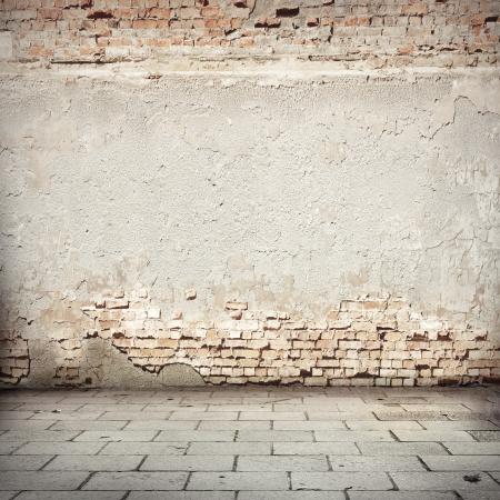 witte grunge achtergrond, rode bakstenen muur textuur heldere gips en blokkeert de weg trottoir stedelijke achtergrond
