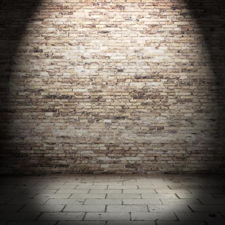 赤レンガの壁の光のビームを用いた地下の背景