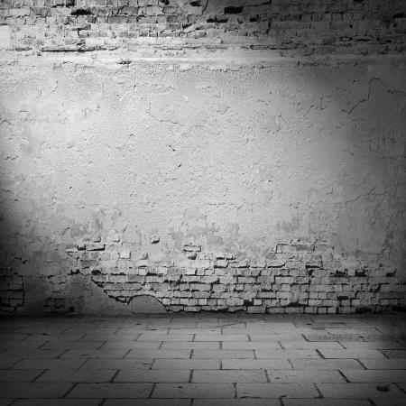 witte muur achtergrond kelder met lichtstraal, gepleisterde muur en bakstenen