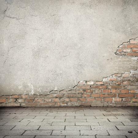 grunge, rouge brique mur texture mur de plâtre lumineux et blocs trottoir de la route abandonnée fond urbain extérieur pour votre propre concept ou un projet Banque d'images