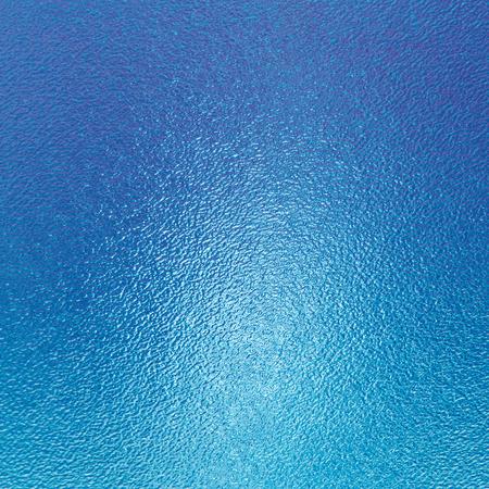 vaso con agua: fondo azul abstracto, textura de cristal