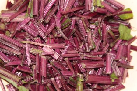 remolacha: remolacha rallado p�rpura deja tallos Foto de archivo