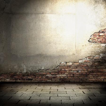 leeg pakhuis interieur, rode bakstenen gepleisterde muur en balk van spot licht in de hoek, tegelvloer en zwarte schaduw of vignet