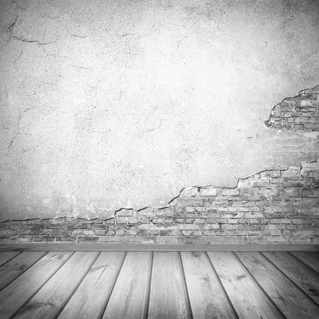 interior fondo, textura antigua pared enyesada y tablones de madera Suelo de baldosa en blanco y negro