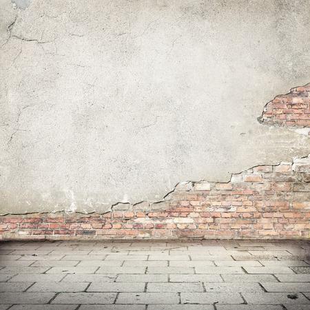 グランジ背景、赤レンガの壁のテクスチャ明るい塗り壁とブロック道路舗装を放棄した外装都市背景の概念またはプロジェクト
