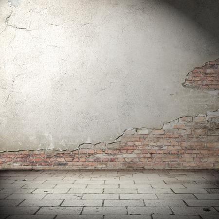 ladrillo: fondo urbano con la ilustración sombra, textura de la pared de ladrillo revocado y pavimento de suelo de baldosas de hormigón abandonada como fondo exterior del grunge para su concepto o proyecto Foto de archivo