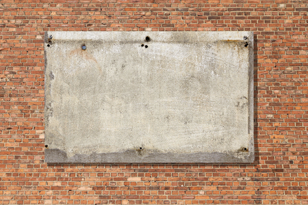 beton leeg bord op rode bakstenen muur textuur achtergrond Stockfoto