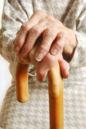 スティックを歩く - 関節炎の手で 90 歳で母を持つ古い女性手 写真素材