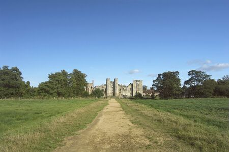 Romantic Ruin, with the old road leading up to Cowdray Castle Keep, Midhurst, UK Imagens