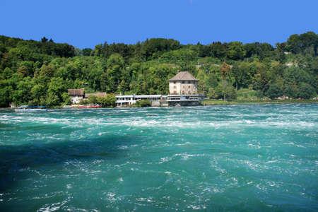swiss alps: Widok na wodospady rzeki Rhein (Rheinfall) w północnej Szwajcarii