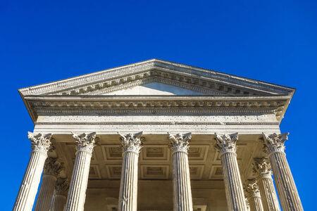 templo romano: Detalle del templo romano Maison Carrée, en la ciudad de Nimes, en el sur de Francia