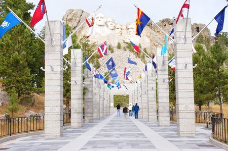 george washington: George Washington, Thomas Jefferson, Theodore Roosevelt y Abraham Lincoln y las banderas de los Estados en el monte Rushmore National Memorial, Keystone, Dakota del Sur, EE.UU.