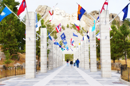 mt rushmore: George Washington, Thomas Jefferson, Theodore Roosevelt and Abraham Lincoln and the flags of the States at Mt. Rushmore National Memorial, Keystone, South Dakota, US Stock Photo