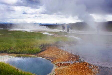 El vapor caliente sobre la fuente de las aguas termales, Hveravellir, Islandia. Noches blancas en Islandia.