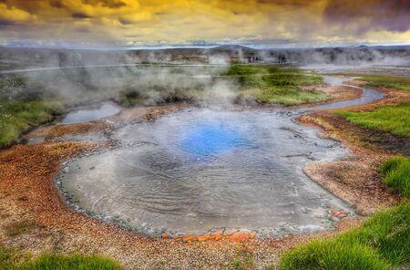 olfato: El vapor caliente sobre la fuente de las aguas termales, Hveravellir, Islandia. Noches blancas en Islandia.