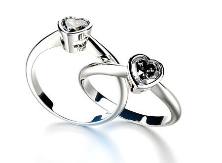 coeur diamant: Anneau d'or avec diamant en forme de coeur. Bijoux fond Banque d'images
