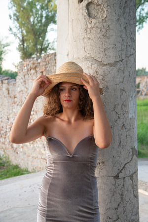 Close-up of a girl with long wavy brown hair. Warm sunlight at sunset. Naked shoulders and low-cut dress on the breast. Brown eyes. Banco de Imagens