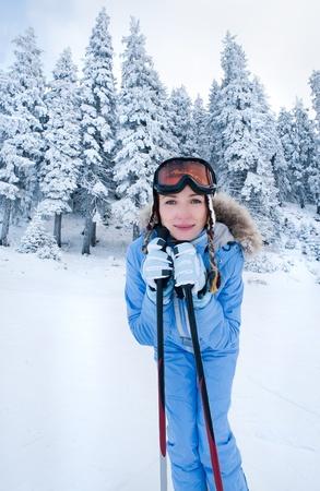 skiën op besneeuwde hellingen tussen de dennen in het bos