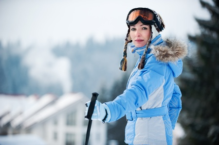 Portret van een mooie jonge vrouw, gekleed in een ski-pak Stockfoto