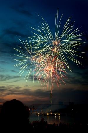 Helder kleurrijk vuurwerk en groeten van verschillende kleuren in de nachtelijke hemel Stockfoto - 9885455