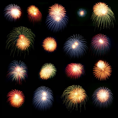 Helder kleurrijke vuurwerk en salute van verschillende kleuren in de nachtelijke hemel Stockfoto