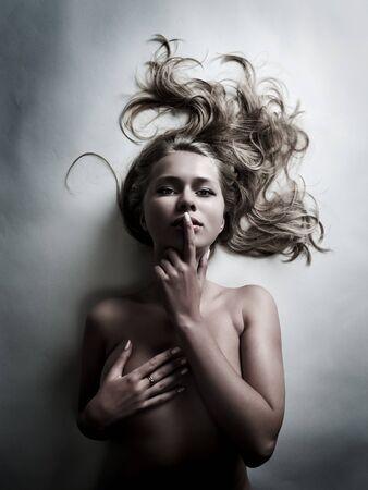gyönyörű szexi nő sötét háttér. hideg színek Stock fotó