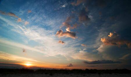Nyári táj. naplemente felhők az égen