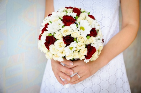 menyasszonyi csokor a kezében a menyasszony