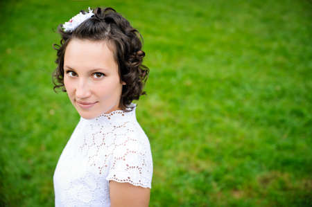 portré, gyönyörű, fiatal nők a zöld fű háttér