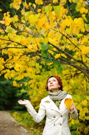 fiatal, vonzó nő séta az őszi parkban