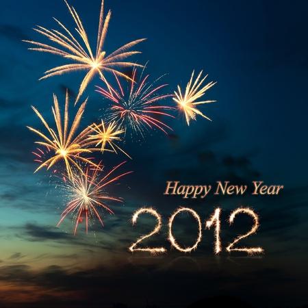 Nieuw jaar 2012 helder kleurrijk vuurwerk en groet van verschillende kleuren in de nachtelijke hemel Stockfoto
