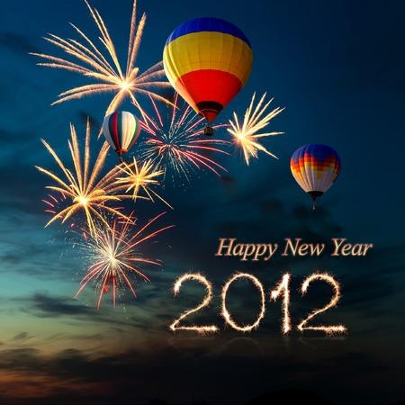 Új év 2012. fényes színes tűzijáték és a meleg levegő-ballon különböző színű az éjszakai égbolt napnyugtakor Stock fotó
