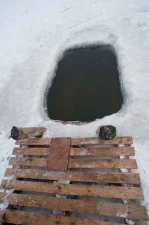 ice-holes locatie aan het meer voor de winter zwemmen