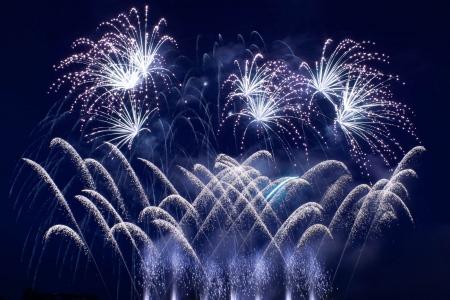 행사 기간 동안 표시하는 어두운 하늘을 통해 화려한 불꽃 놀이 스톡 콘텐츠 - 13957410