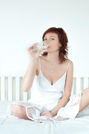 tomando refresco: Mujer sana joven con un vaso de agua fresca Foto de archivo