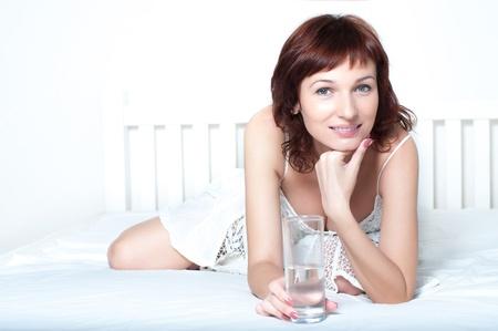 Egészséges fiatal nő pohár friss víz