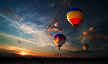 다채로운 뜨거운 공기 풍선 일출 날고있다 스톡 콘텐츠 - 17177751